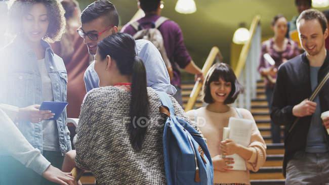 Estudiantes hablando y bajando la escalera - foto de stock