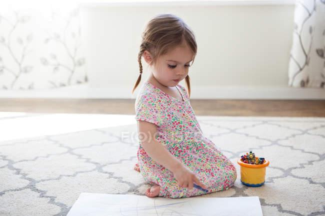 Дівчина у сукні малювання з олівцями — стокове фото