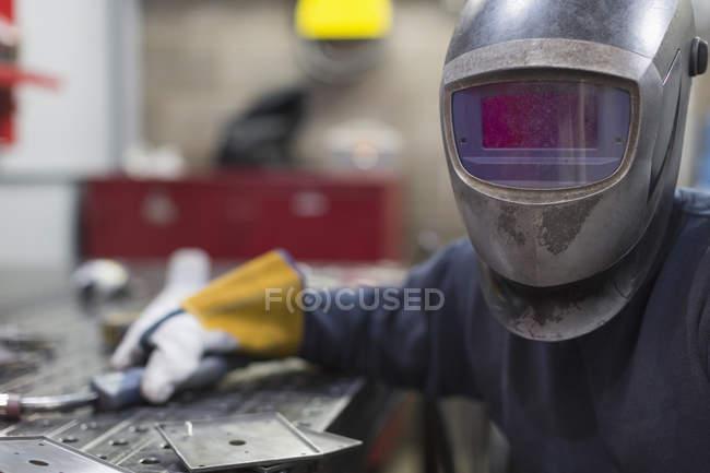 Портрет зварювальником в зварювання шолом сталеві заводі — стокове фото