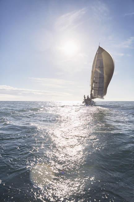 Живописный вид на парусник на солнечном океане — стоковое фото