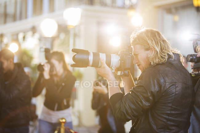 Fotógrafos Paparazzi apontando câmeras no evento — Fotografia de Stock