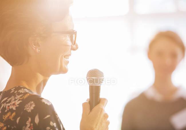 Close-up mulher falando com microfone — Fotografia de Stock