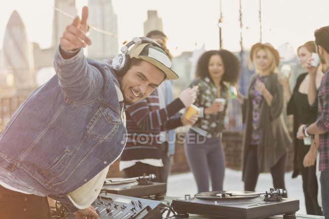 Porträt enthusiastischer DJ gestikuliert auf Dachparty — Stockfoto