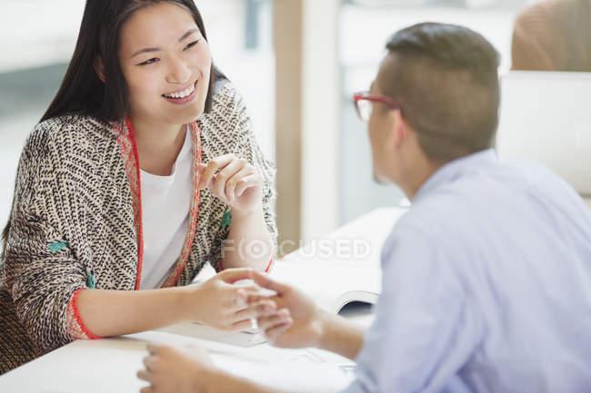 Studenten, die miteinander reden und lernen — Stockfoto