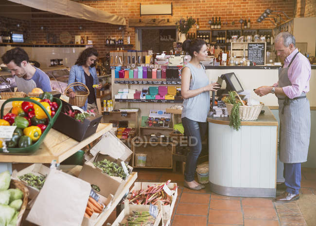 Woman at grocery store checkout — Stock Photo