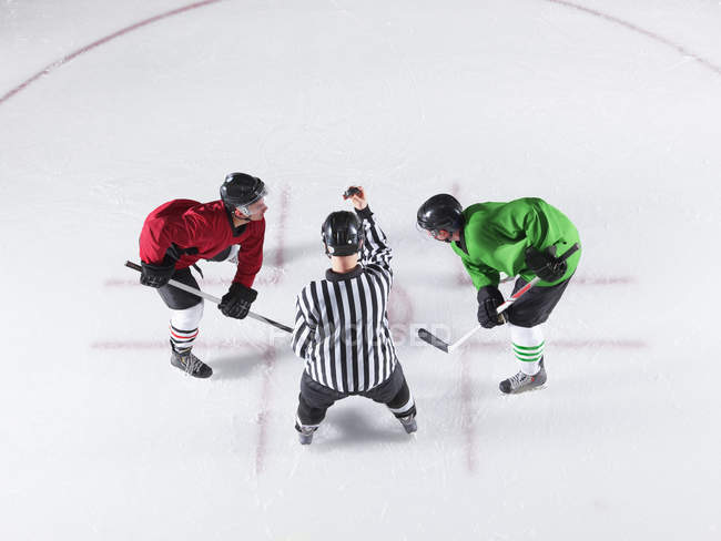 Arbitre de hockey initiant face avant entre adversaires — Photo de stock