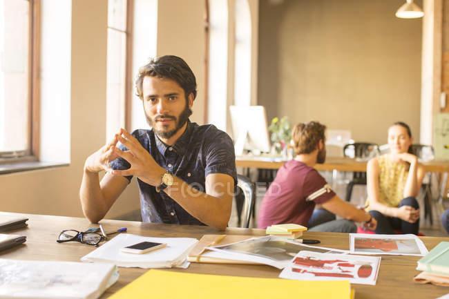 Ritratto uomo d'affari creativo fiducioso che lavora con prove in ufficio — Foto stock