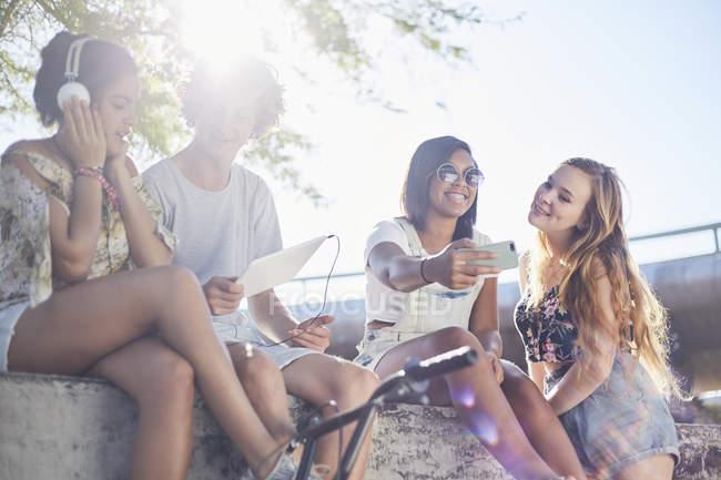 Подростковой друзей висит принимая selfie и слушать музыку — стоковое фото