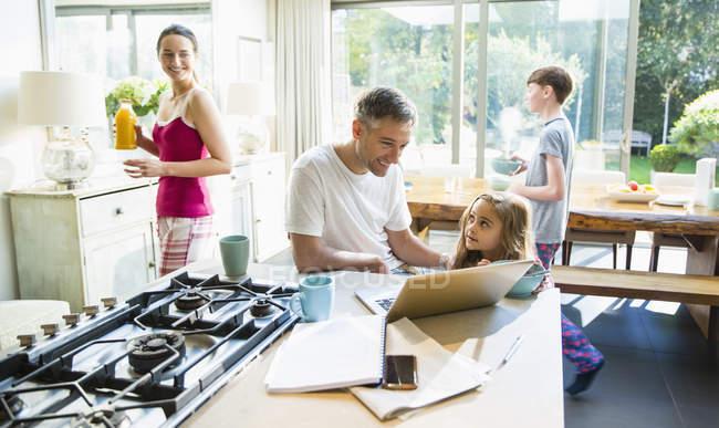 Familie mit Frühstück und Laptop in Morgen Küche — Stockfoto