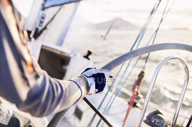 Mann segelt am Steuer eines Segelbootes — Stockfoto