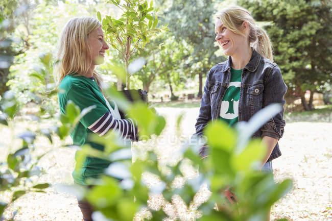 Des bénévoles écologistes souriants parlent — Photo de stock