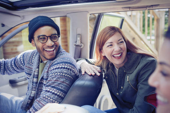 Rindo amigos dentro do carro — Fotografia de Stock