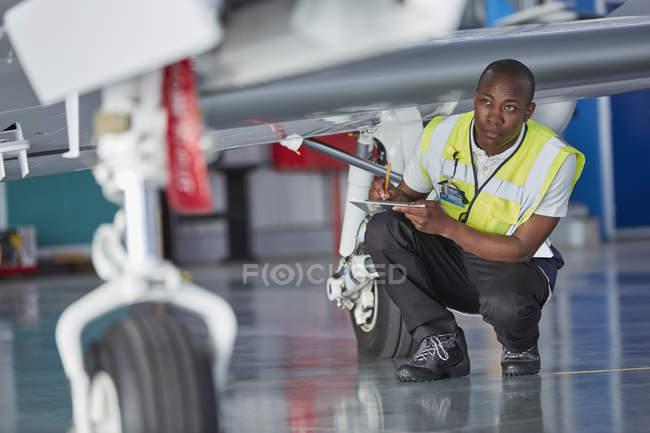 Trabalhador de tripulação de terra com área de transferência, verificação de avião — Fotografia de Stock