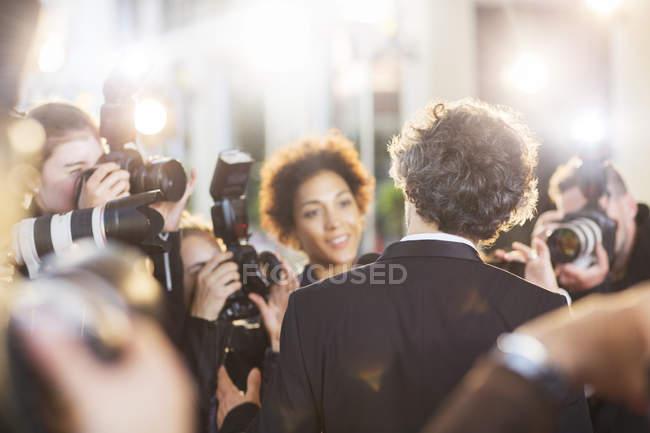 Знаменитість інтерв'ю і сфотографували папарацці на заході — стокове фото