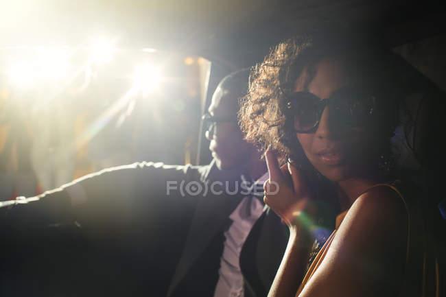 Портрет Зоряна пара в лімузині прибувати на заході — стокове фото