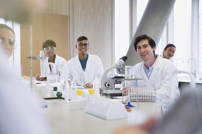 Портрет посміхаючись студентів коледжів у класі науки лабораторні — стокове фото