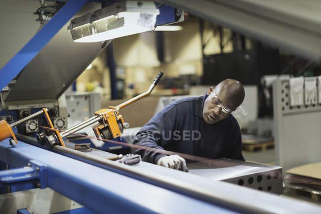 Працівник операційна техніка сталеві заводі — стокове фото