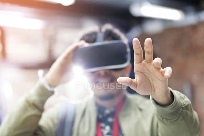Portrait homme essayer lunettes de simulateur de réalité virtuelle pour atteindre — Photo de stock