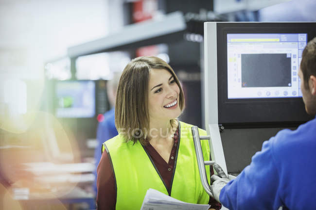 Smiling supervisor and worker at control panel in steel factory — Foto stock