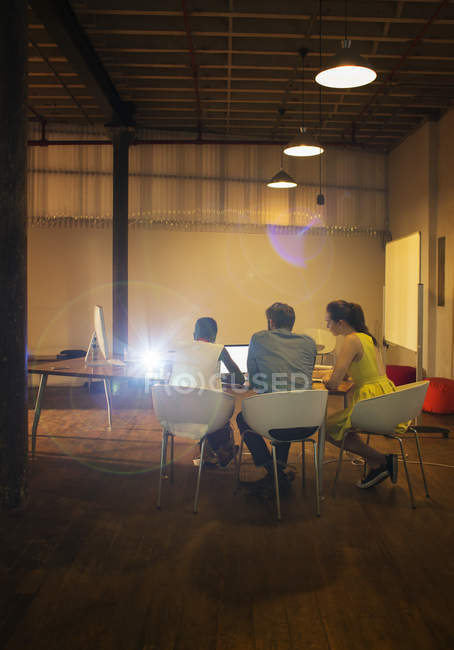 Geschäftsleute am Laptop bereiten audiovisuelle Präsentation vor — Stockfoto