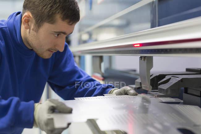 Arbeiter bedient Laserschneider in Stahlfabrik — Stockfoto