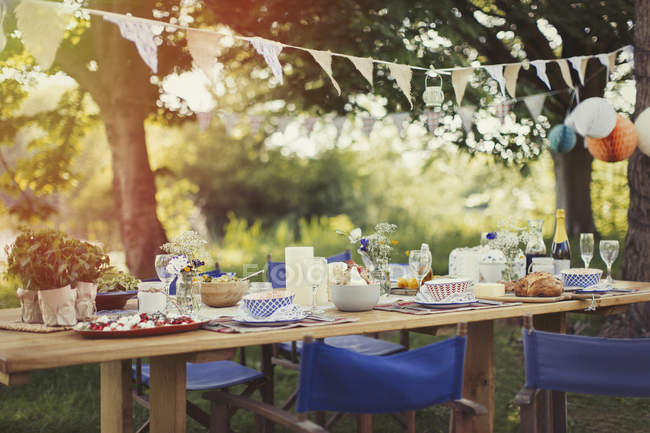 Garden party lunch under pennant flag — Stock Photo