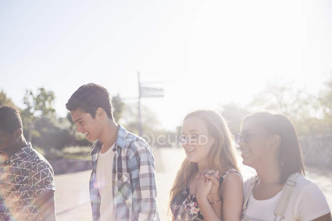 Teenage friends hanging out at sunny park — Stock Photo