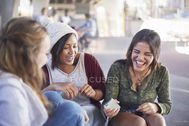 Ragazze adolescenti con il cellulare ridendo e appendere fuori — Foto stock