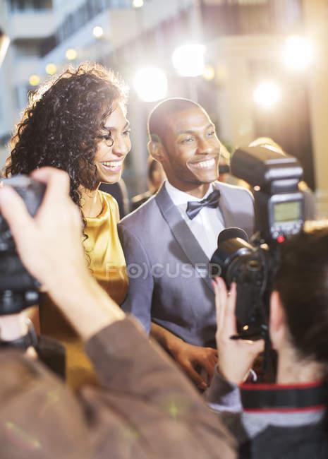 Зоряна пара інтерв'ю і сфотографували папарацці на заході — стокове фото