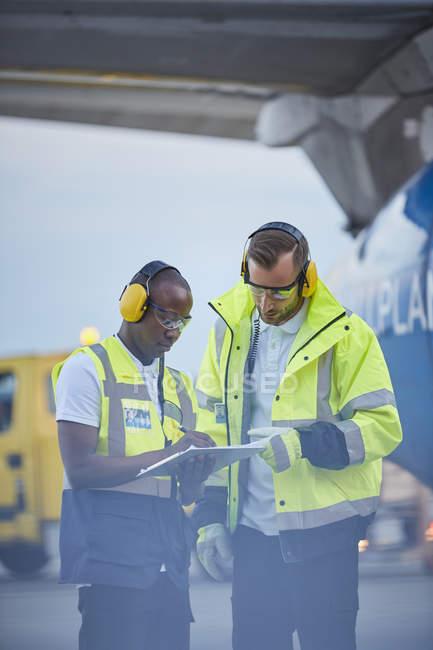 Диспетчерів з буфера обміну говорити на злітній смузі аеропорту — стокове фото