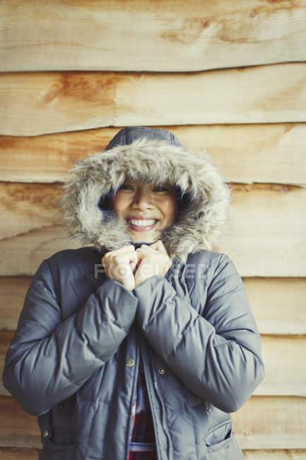 Ritratto donna sorridente con cappuccio di pelliccia fuori cabina — Foto stock