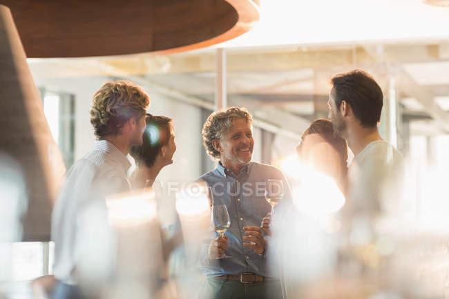 Счастливые друзья дегустации вина на винодельне — стоковое фото