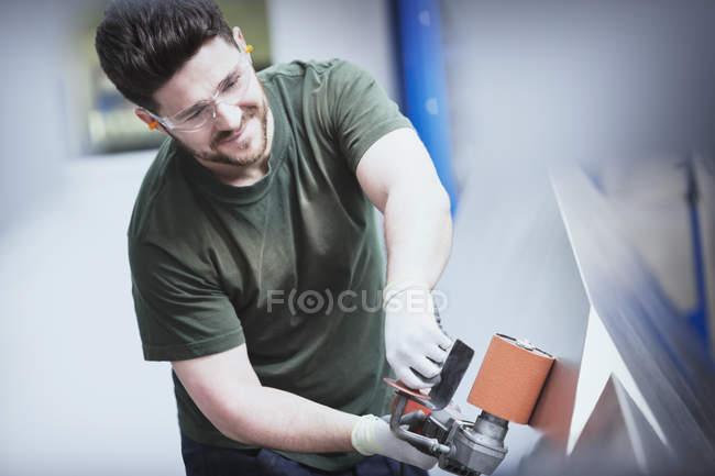 Trabalhador de lixamento de aço numa fábrica de aço — Fotografia de Stock