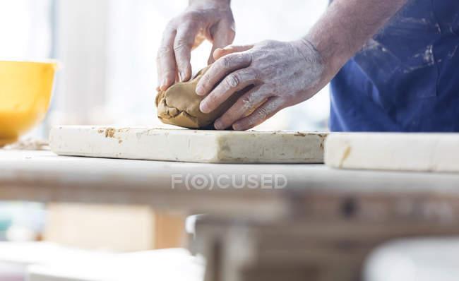 Старший человек литья глины в мастерской керамики — стоковое фото