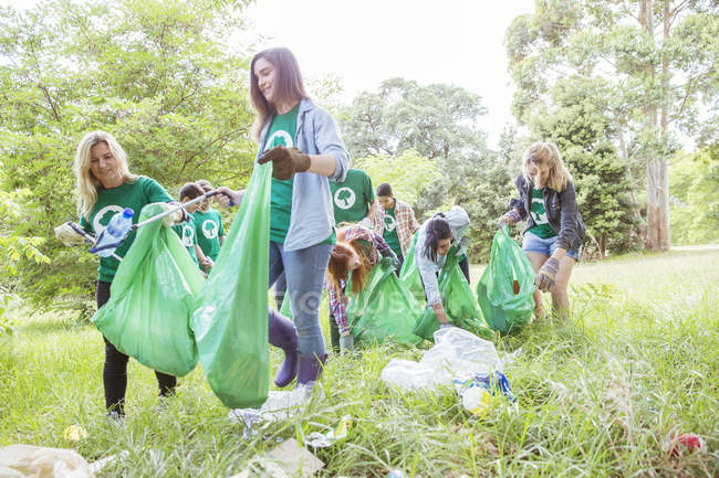 Volontari di ambientalista raccogliendo spazzatura nel campo — Foto stock