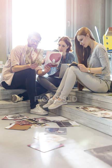 La gente creativa di affari che rivede prove su passi — Foto stock