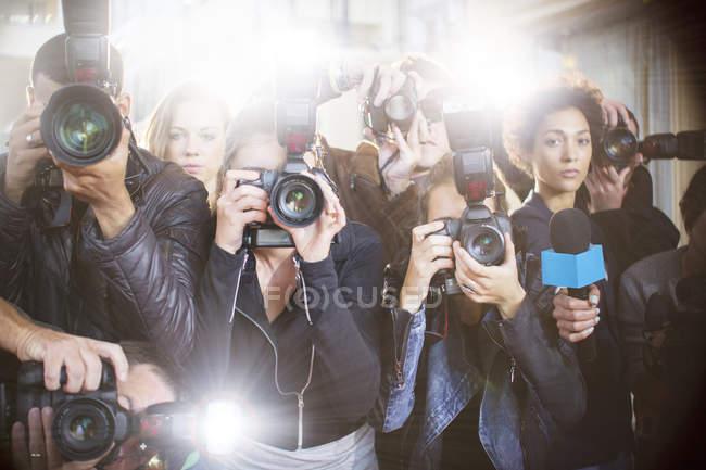 Портрет фотографів серйозні папарацці, вказуючи камер — стокове фото
