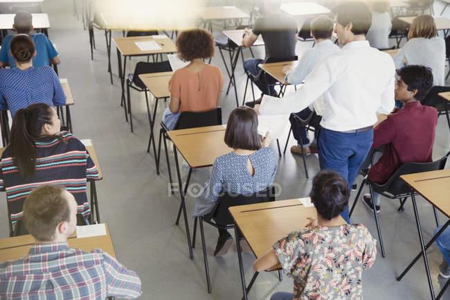 Professor sammelt Test von Studenten im Hörsaal — Stockfoto