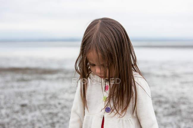 Брюнетка дівчина, дивлячись на пляжі — стокове фото