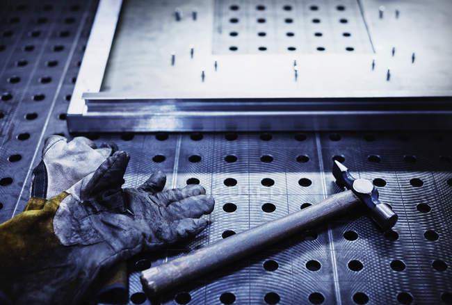 Молоток и перчатки на сталелитейном заводе — стоковое фото