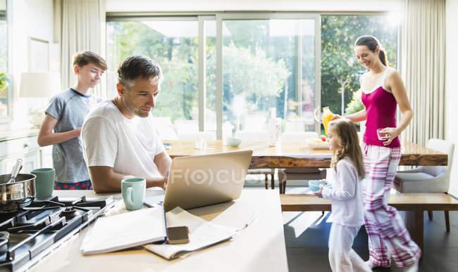 Семья на кухне за завтраком — стоковое фото