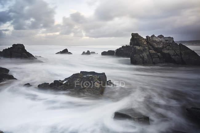 Долгое время океан плавал вокруг скал, Девон, Великобритания — стоковое фото