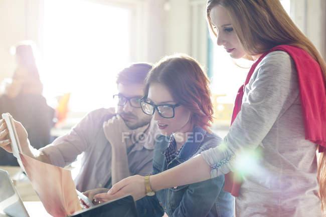 Pessoas de negócios criativos rever documento no escritório ensolarado — Fotografia de Stock