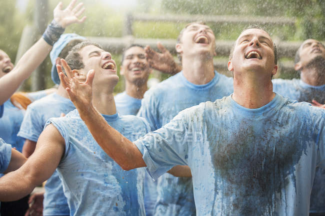 Команда Мбаппе наслаждается дождем в тренировочном лагере — стоковое фото