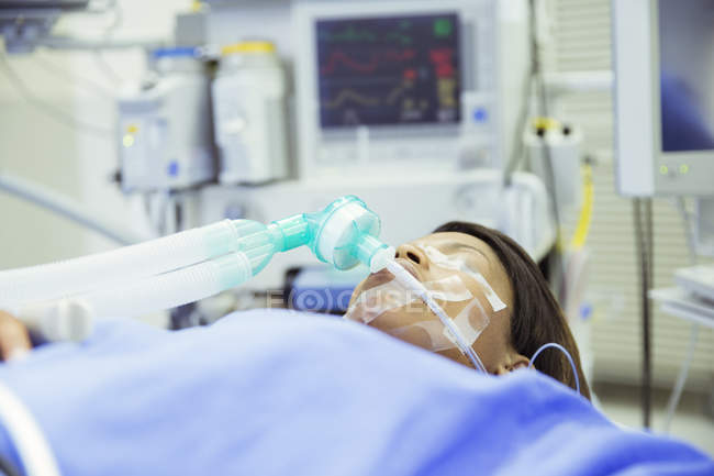 Пациент с кислородной маской в операционной комнате — стоковое фото