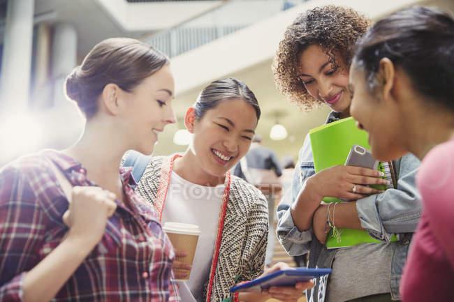 Studenten schauen aufs Handy — Stockfoto