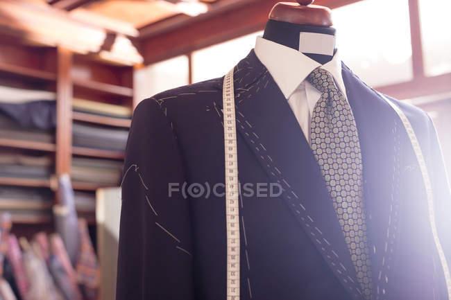 Maßanzug und Maßband auf Schneiderinnen Modell im Herrenmode Shop hautnah — Stockfoto