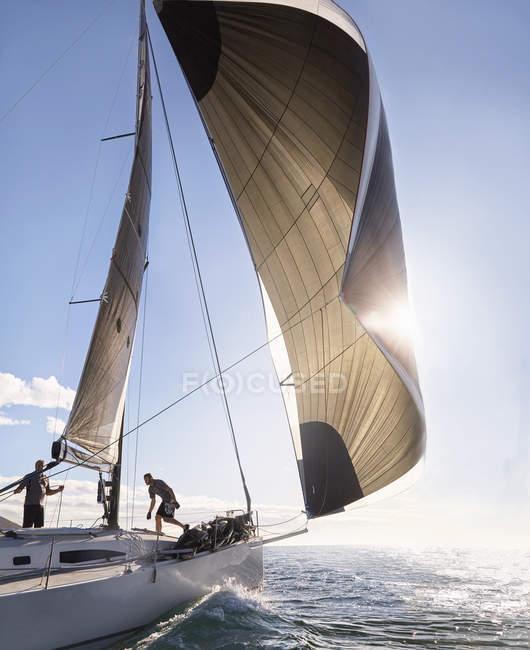 Vent en tirant la voile sur voilier océan ensoleillé — Photo de stock