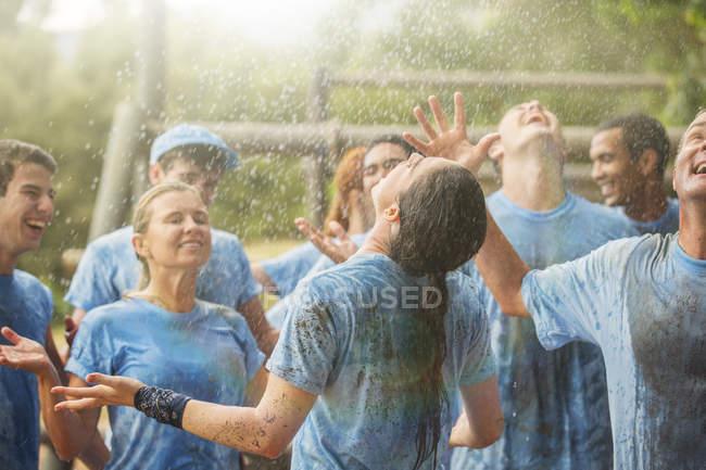 Begeistertes Team genießt Regen im Bootcamp — Stockfoto