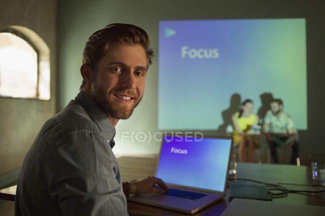 Retrato hombre de negocios gestión de la presentación audiovisual en Focus - foto de stock